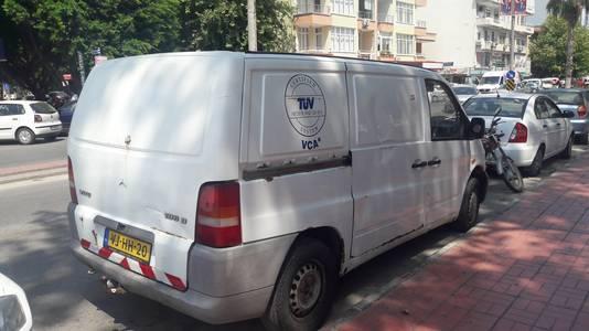 De witte, krakkemikkige Mercedes-bus voor het hotel waar Bjorn en Derya verblijven.
