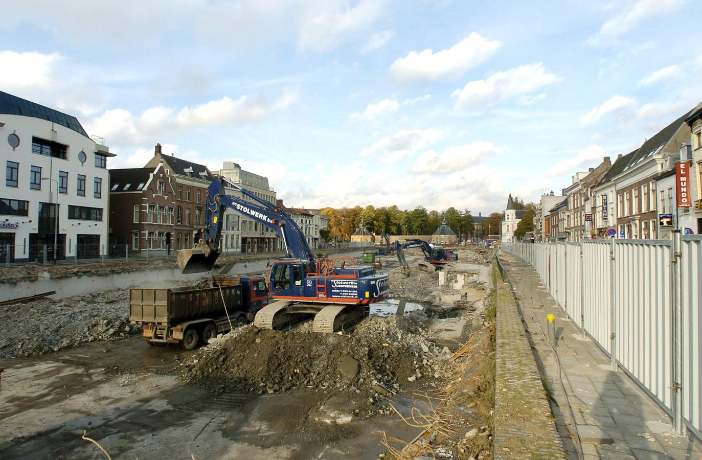 Het water keert terug in de stad, de parkeergarage wordt gesloopt (2005).