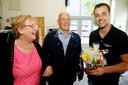 Het echtpaar Elly en Ton den Adel komt een bloemetje brengen bij de door brand getroffen fietsenzaak aan de Kerkweg.
