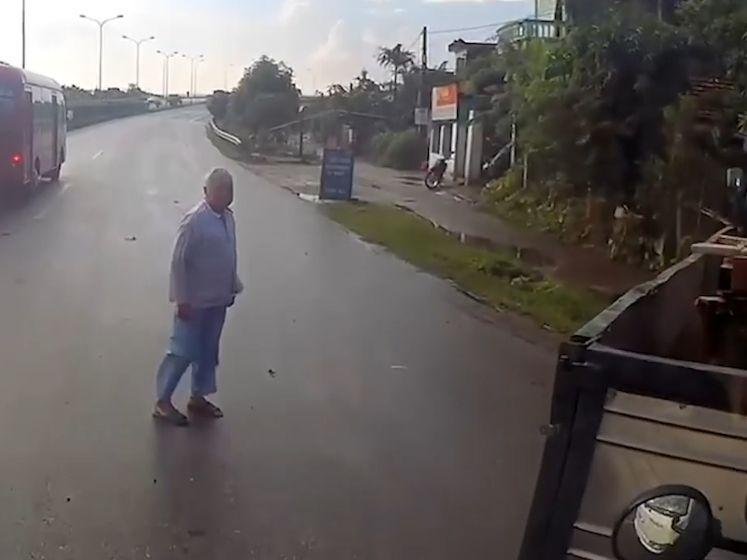 Dat scheelde niet veel: vrachtwagens kunnen net op tijd remmen voor overstekende oude man