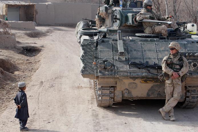Een Nederlandse ISAF-eenheid in Uruzgan in 2009 op zoek naar bermbommen op de weg van Tarin Kowt naar een basis in Atiq.