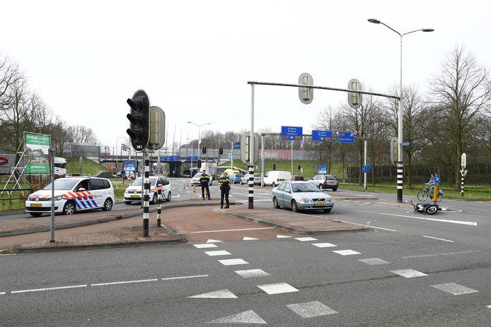 De scooterrijdster werd door een automobilist geschept bij het oversteken van de weg.