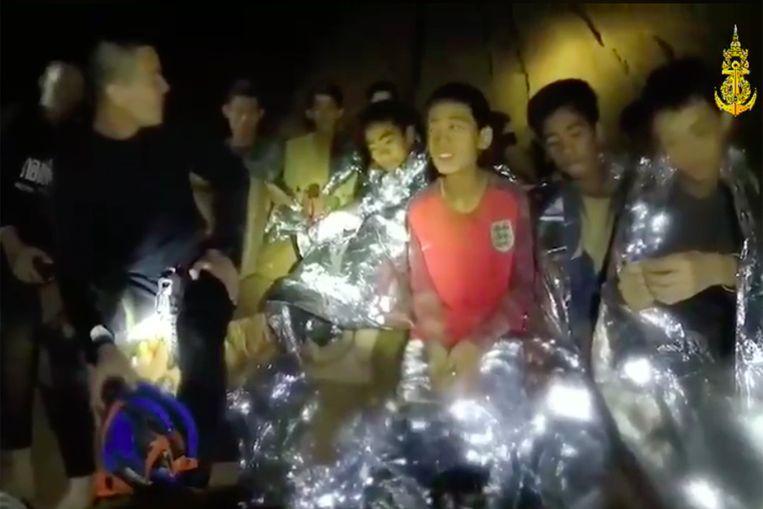 Een beeld van de jongens in de grot, uit een video die gemaakt werd voor hun ouders. Beeld Photo News