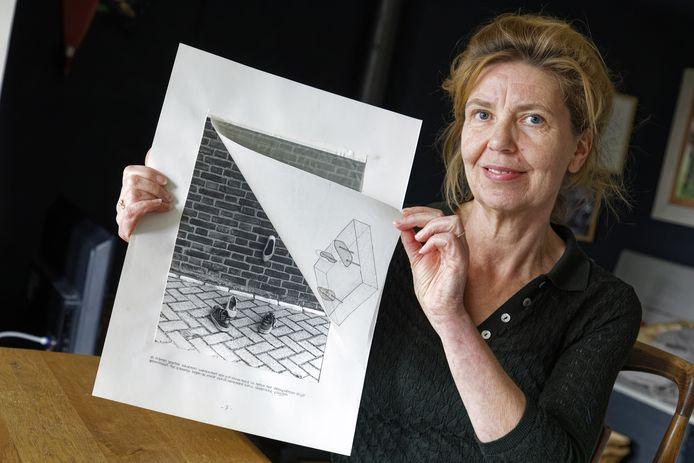 Karin Colen met het ontwerp van haar kunstwerk 'Monument voor de eerste kus'.