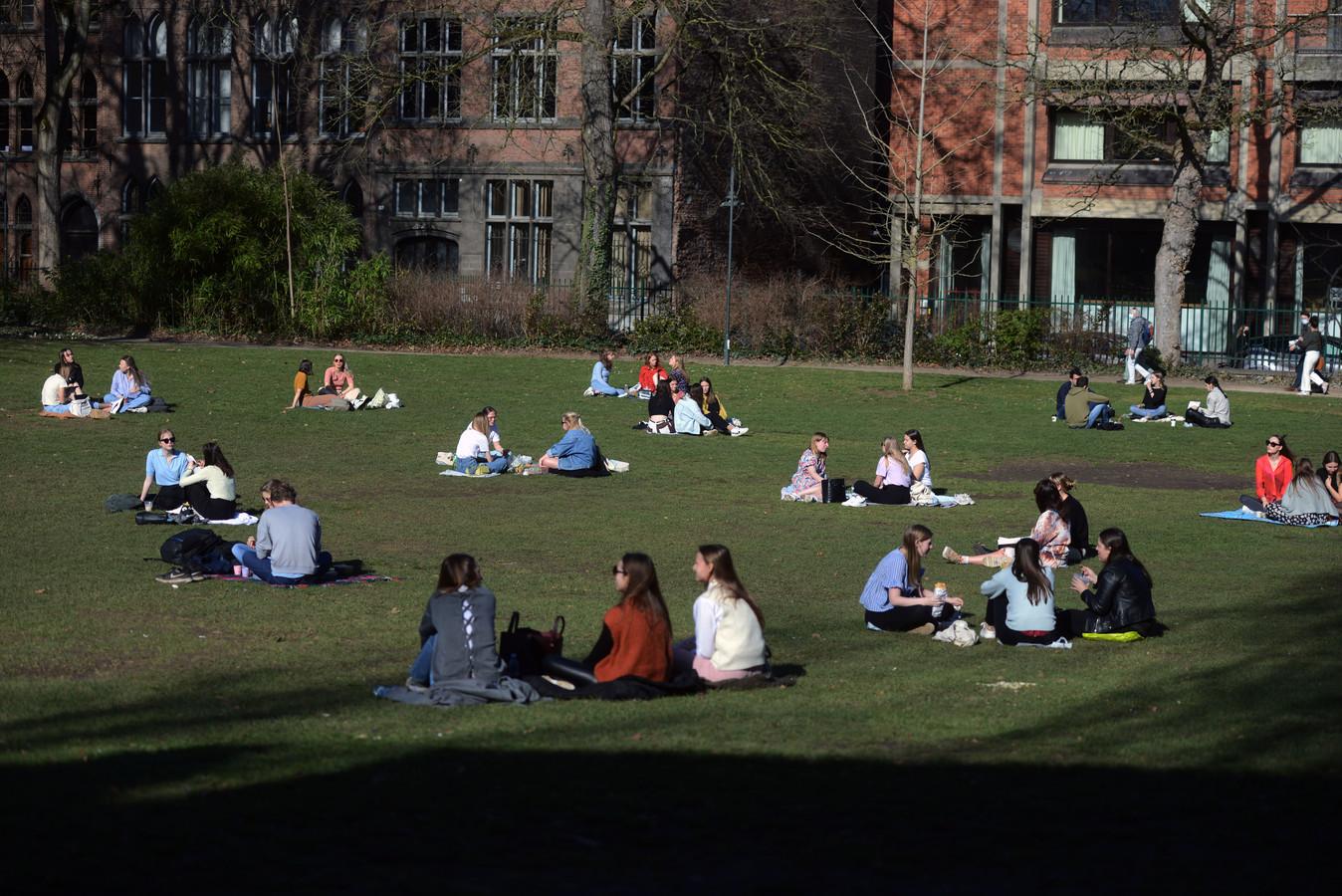 Leuvenaars genieten massaal van de zon, maar dat is niet altijd volgens de maatregelen