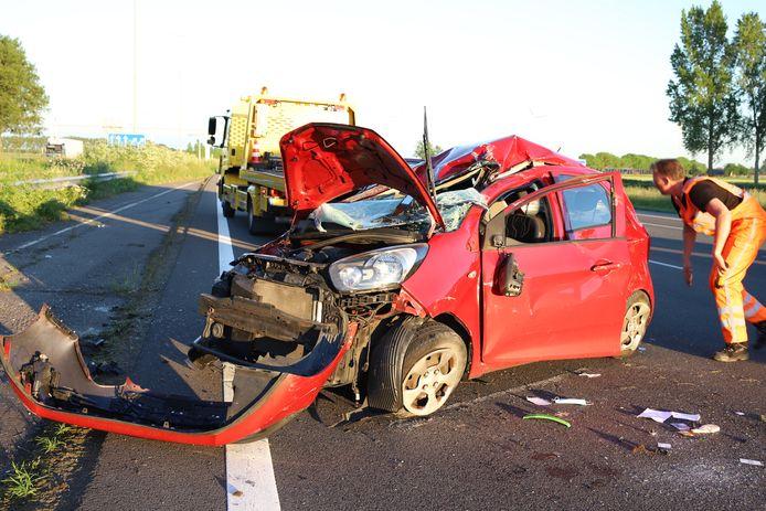 Het wrak van de gecrashte auto op de A2 ter hoogte van Enspijk.