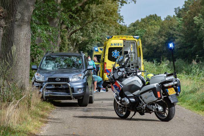 Bij een ongeval in Heeten is donderdagmiddag een bromfietser om het leven gekomen. Bij het ongeval was een auto betrokken, die flinke schade opleverde.