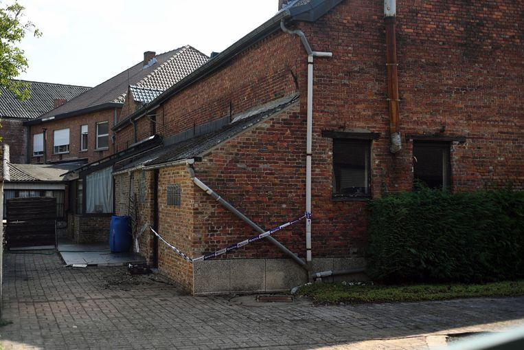De oude hoevewoning aan de Schrieksebaan vatte vuur. Ex-eigenaar Frans Goossens is aangedaan door de brand.