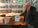 Henri van der Steen naast de dozen