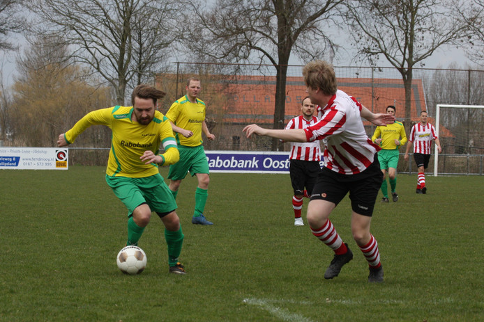 ZSC'62 (rood-wit) won zaterdag, terwijl Noad'67 (gele shirts) gelijk speelde.