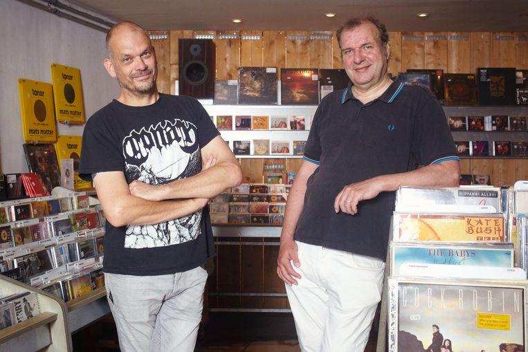Popjournalisten Robert van Gijssel (l) en Gijsbert Kamer in Utrechtse platenzaak Plato Beeld Daniel Cohen