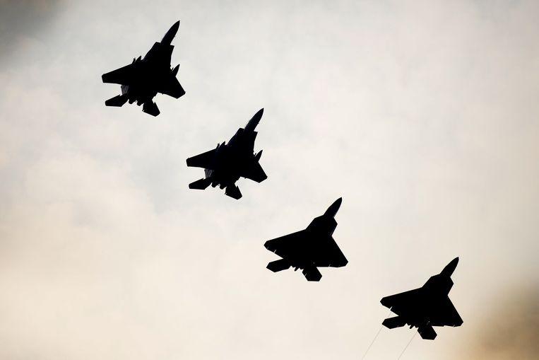 Twee net gearriveerde F-22 Raptors vliegen maandag boven de Engelse luchtmachtbasis Lakenheath naast twee F-15-toestellen. Beeld US Air Force