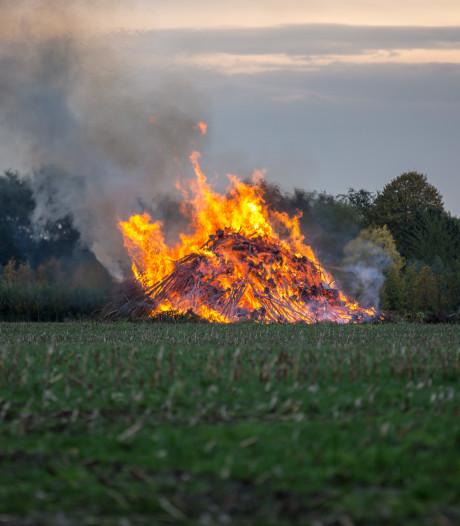 Brandweer rukt groot uit voor verbranding van snoeihout in Oud Gastel