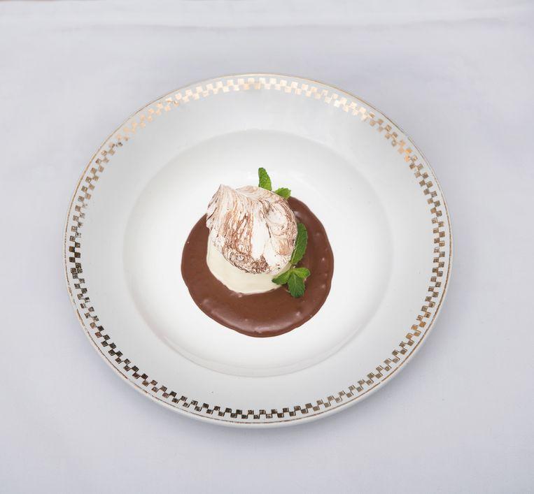 Panna cotta, pure chocolade-kardemomroom, chocolademeringue. Beeld Els Zweerink