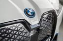 Alleen het logo op de neus van de BMW iX kan open. Hieronder kun je de ruitenwisservloeistof bijvullen.