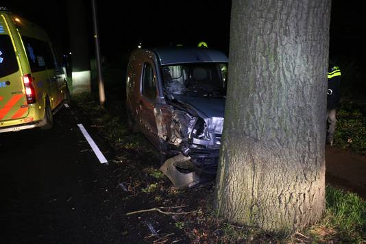 De zwaar beschadigde auto na de aanrijding op de Arnhemseweg in Zevenaar.