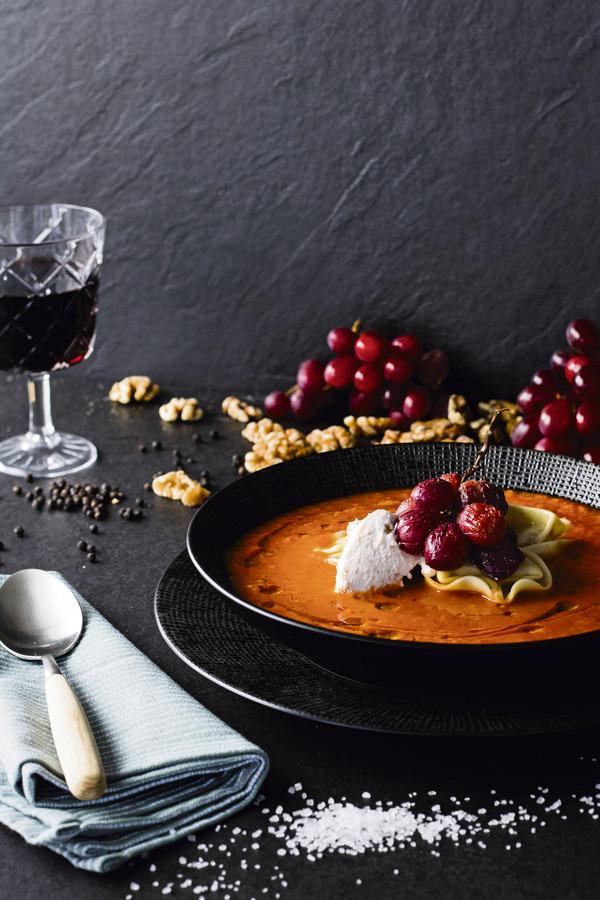 Paprika-tomatensoep met tortelloni en druiven.