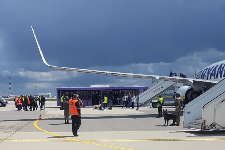 Het toestel van Ryanair waarin de journalist Roman Protasevitsj zat, op het   vliegveld van Minsk in Wit-Rusland.   Beeld VIA REUTERS