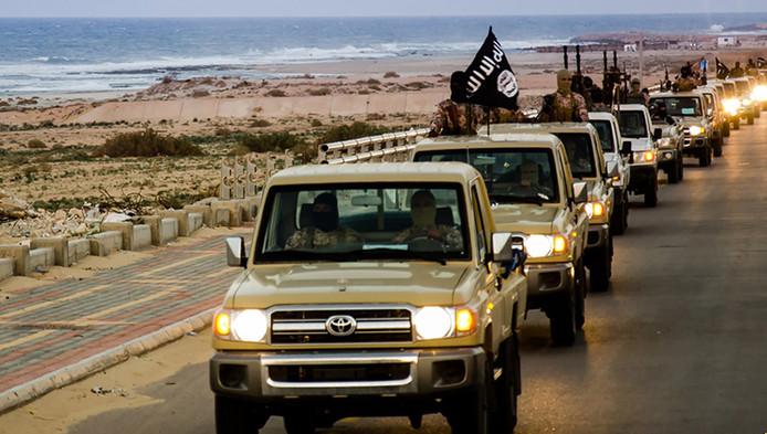 Een beeld uit een propagandafilm van IS waarop jihadisten in konvooi het Libische Sirte binnenrijden