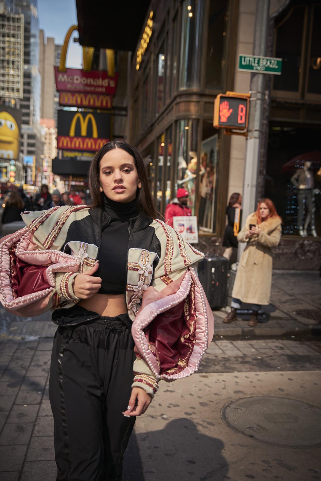 Rosalía: 'Er wordt gezegd en geschreven dat ik commercieel ben, een product van marketing, noem maar op. Dat raakt me.'