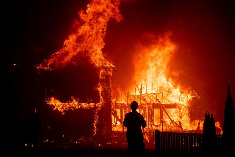De brandweer kon in 2018 weinig uitrichten tegen het verwoestende vuur. Beeld AP
