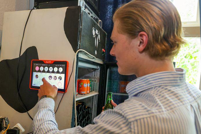 Tijn Ter Horst demonstreert hoe De Turff werkt: met een paar simpele clicks voegt hij een biertje toe aan zijn account.