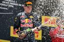Max Verstappen viert feest na zijn gewonnen GP in Barcelona.