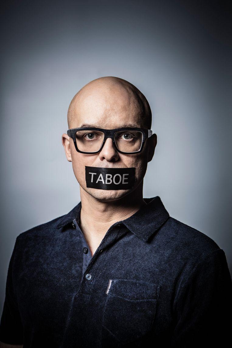 In 'Taboe' wil Philippe Geubels lachen met mensen waar je eigenlijk niet om mag lachen. Beeld VRT