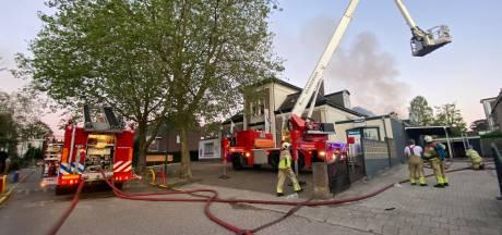 Uitslaande brand bij verfhandel in Baarn: 'Bewoners, houd ramen en deuren gesloten.'