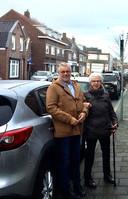 Vrijwillig chauffeur A.  van der Stroom en zijn passagier mevrouw A. Rijnen.