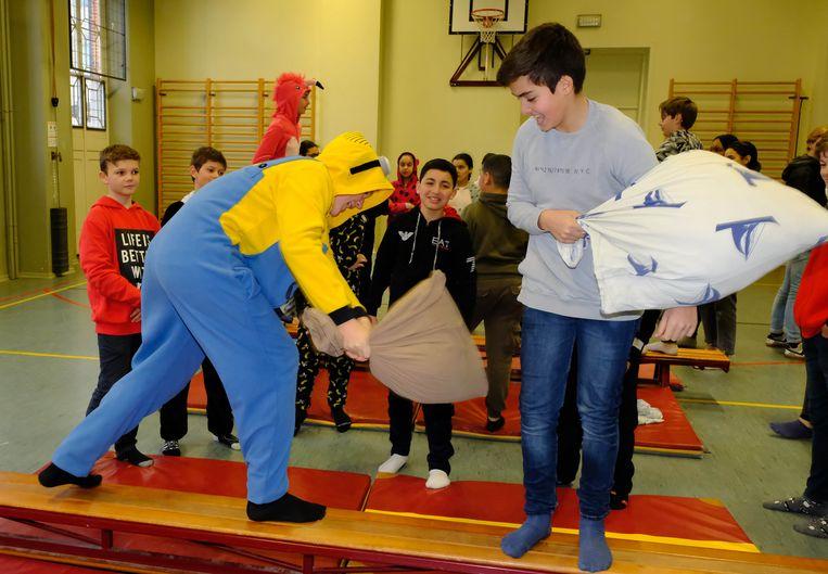 De leerlingen probeerden met behulp van een kussen de tegenstander van de bank te krijgen.