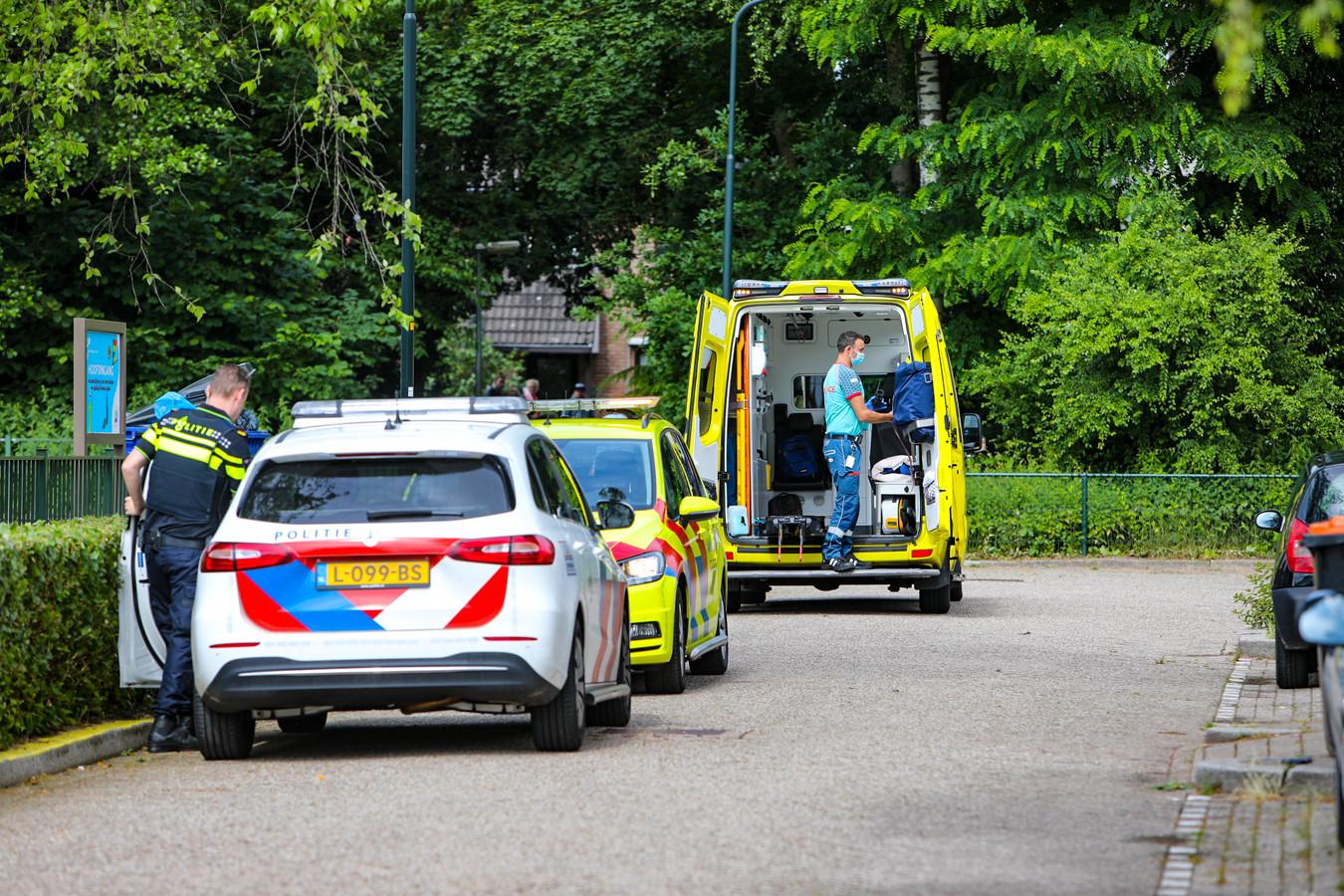 Ambulance bij de basisschool Hertog van Gelre in Apeldoorn.