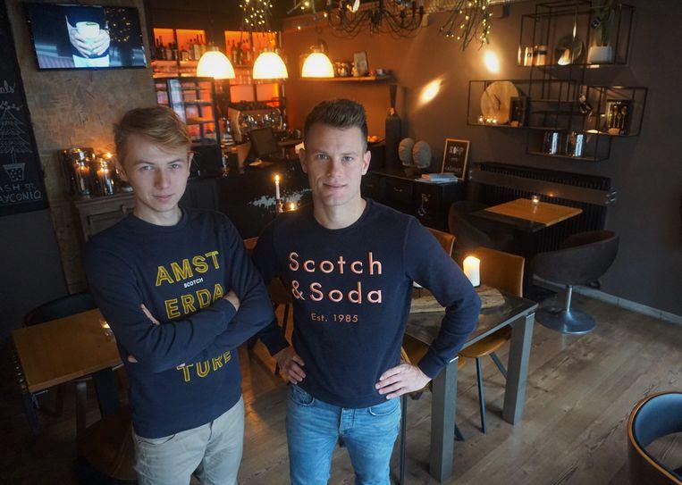Robin Lefever en Tom Truyens (links) zijn fier met hun bar 'Expo&Kafie'