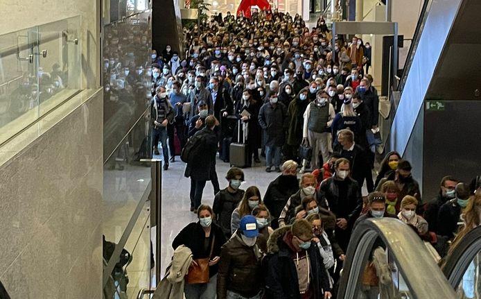 La foule à Zaventem dimanche soir.