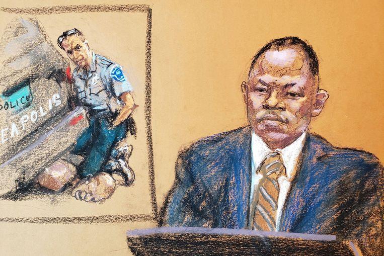 Geweldsdeskundige Jody Stiger (politie Los Angeles) beantwoordde dinsdag in de rechtszaal vragen bij het tonen van een beeld van de arrestatie van George Floyd. Beeld Jane Rosenberg/REUTERS