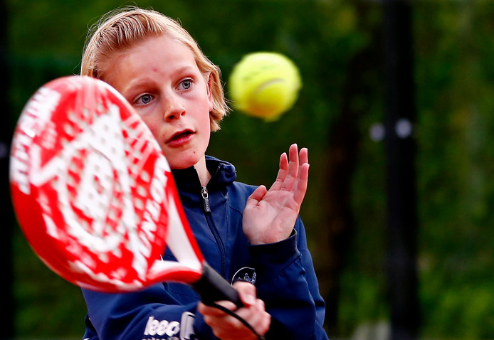 Padel is een mixvariant van tennis, squash en badminton. Deze variant stijgt in populariteit.
