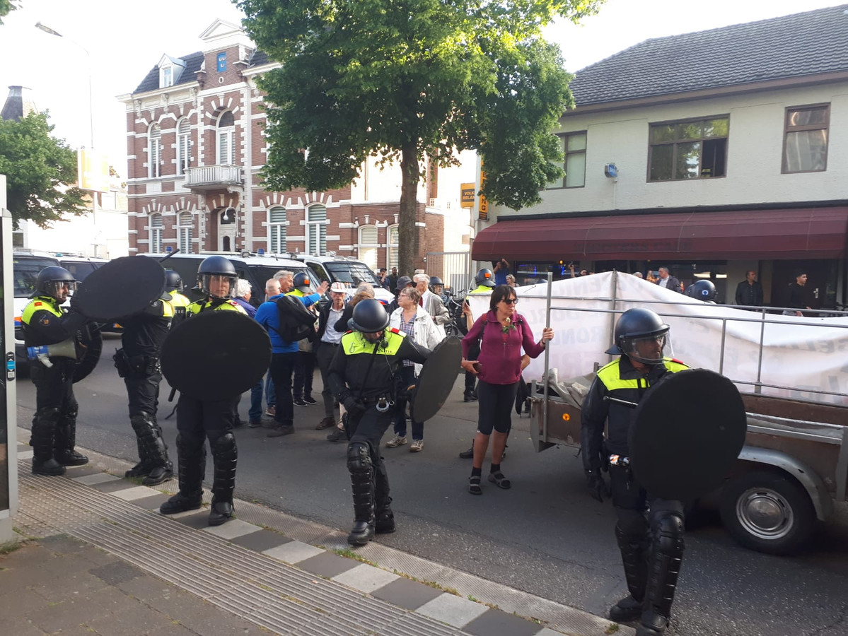 Demonstranten kunnen niet verder bij Moskee, tegendemonstranten houden de Pegida-stoet tegen