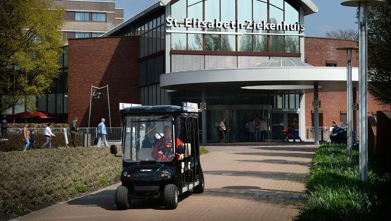 De ingang van het St. Elisabeth Ziekenhuis. De NZa is kritisch over de fusie met het TweeSteden Ziekenhuis, dat ook in Tilburg is gevestigd. Beeld Marcel van den Bergh