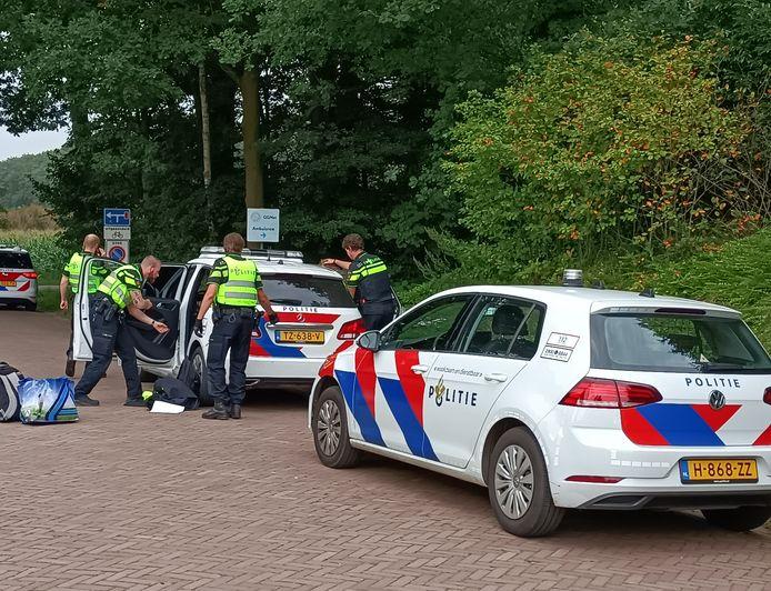 Politie bij de Doetinchemse zorginstelling na het geweldsincident.