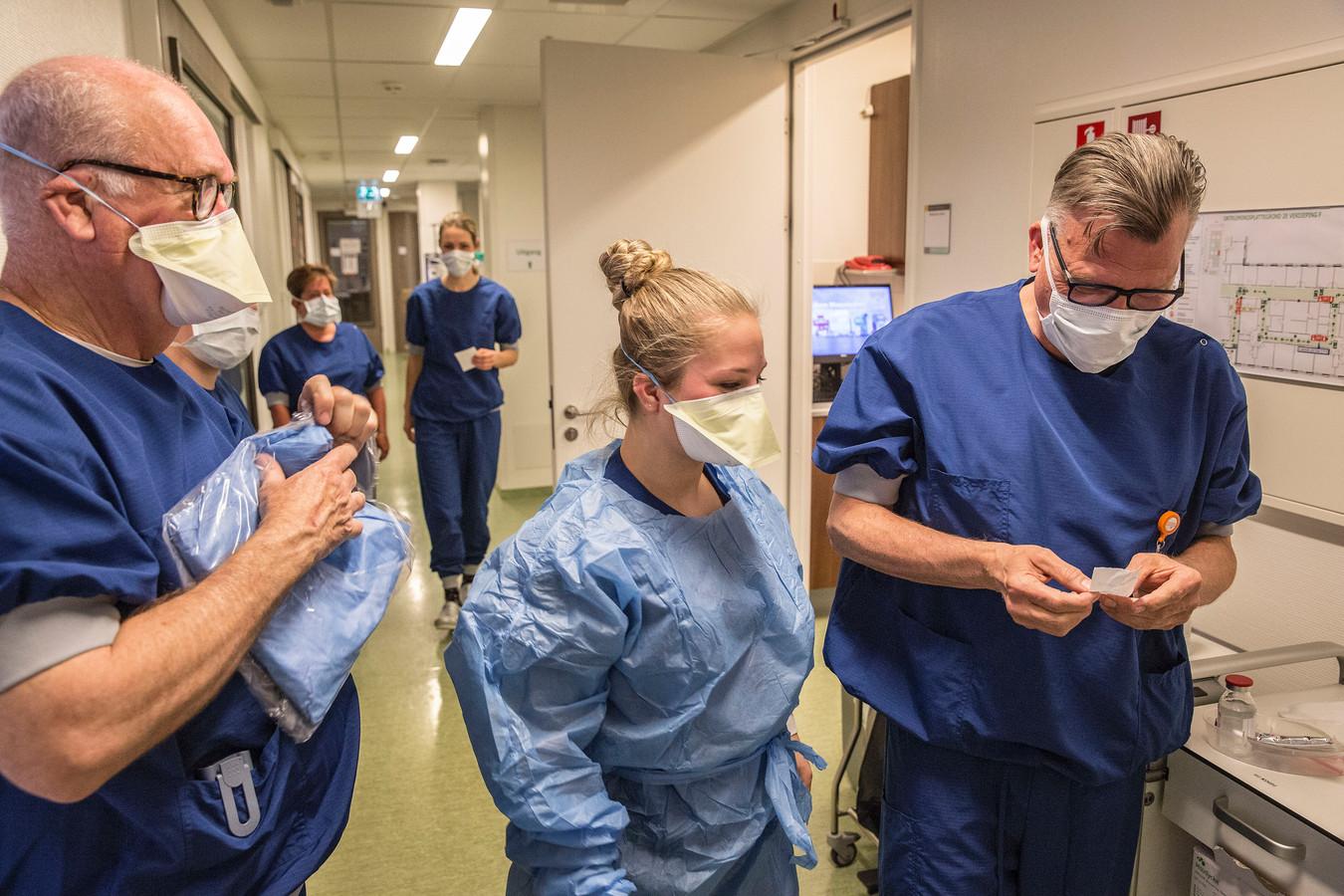 Verpleegkundigen en artsen die werken op de intensive care in het Maasstad Ziekenhuis.