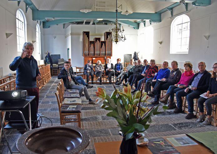 Derk Blom (links) vertelt over de geschiedenis van 't kerkje in Waterlandkerkje.