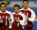Acht jaar geleden: John Heitinga (links), Rafael van der Vaart en Zlatan Ibrahimovic doen de warming-up van een training voor het CL-duel van Ajax met Celta de Vigo. © ANP
