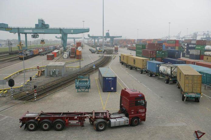Containerterminal Rotterdamse haven met vrachtvervoer.