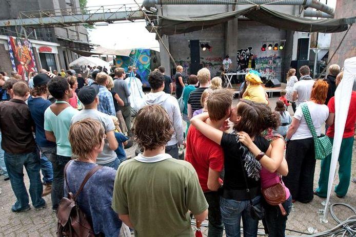 Festival Slowlands, gisteren vanaf 11.00 uur 's ochtends tot middernacht in het Havenkwartier, trok voor de eerste editie flink wat publiek.foto's Ronald Hissink