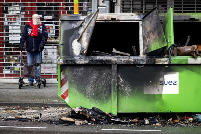 Bij de rellen op Zuid is voor zo'n 300.000 euro aan schade aangericht.