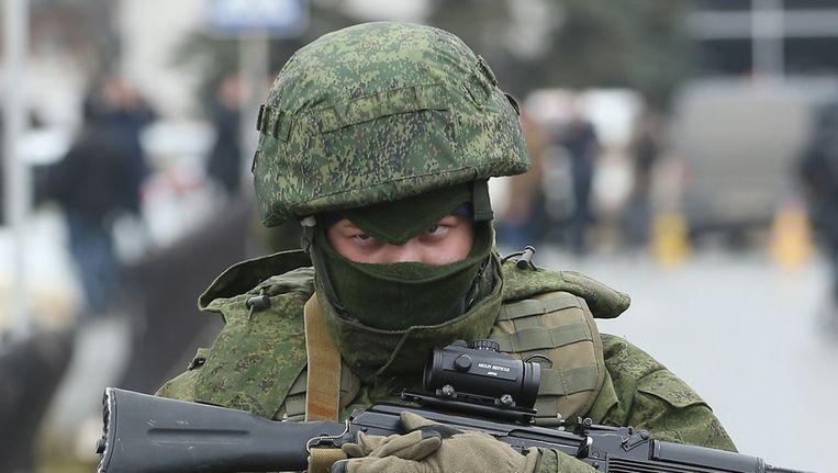 Een gewapende man voor het vliegveld van Simferopol. Beeld getty