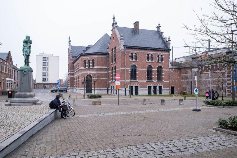 De pas vernieuwde loketten van het Station Nekkerspoel in Mechelen alweer worden gesloten. Beeld David Legreve
