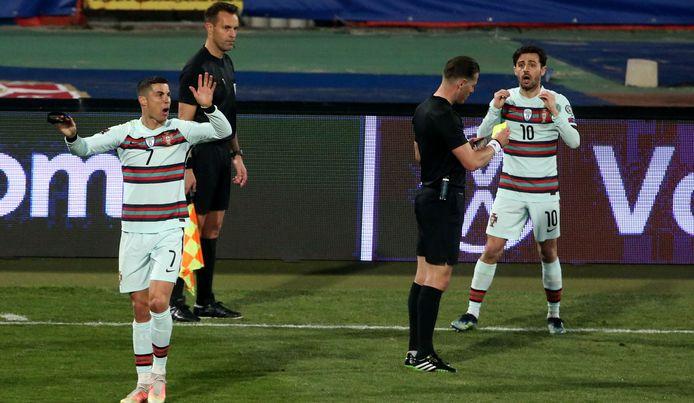 Cristiano Ronaldo kan z'n ogen niet geloven. Achter hem: Mario Diks, die de winnende goal niet toekende.