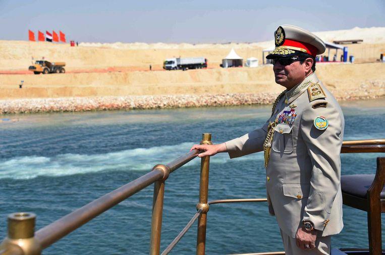 President Abdel Fattah el-Sisi kijkt uit over het nieuwe Suez-kanaal. Beeld epa