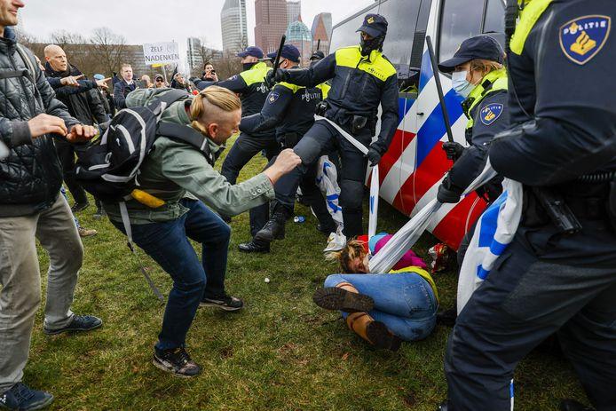 Mobiele Eenheid (ME) in actie tegen actievoerders op het Malieveld.